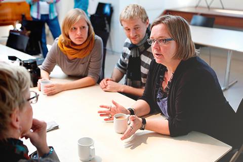 Lærer sidder og taler sammen