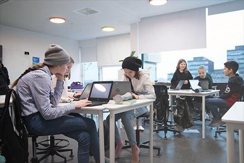 Grundskoleelever arbejder på computer