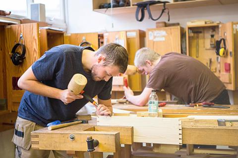 To elever arbejder med træ