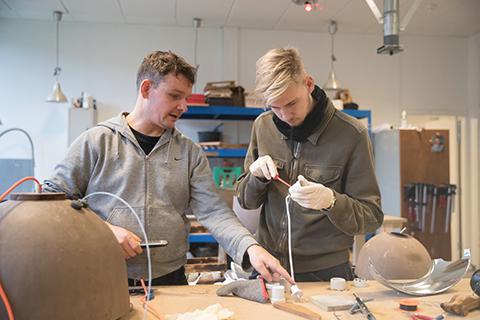 Elev og lærer arbejder med ledninger