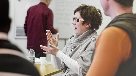 Kvinde sidder til undervisning