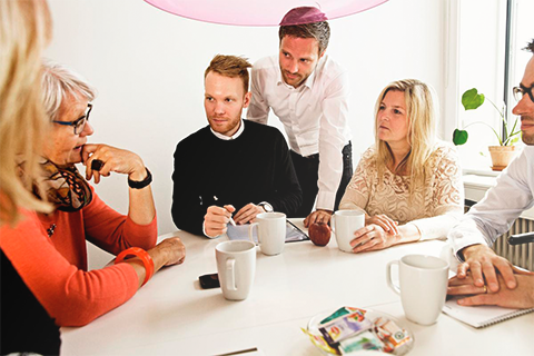 Folk sidder i møde