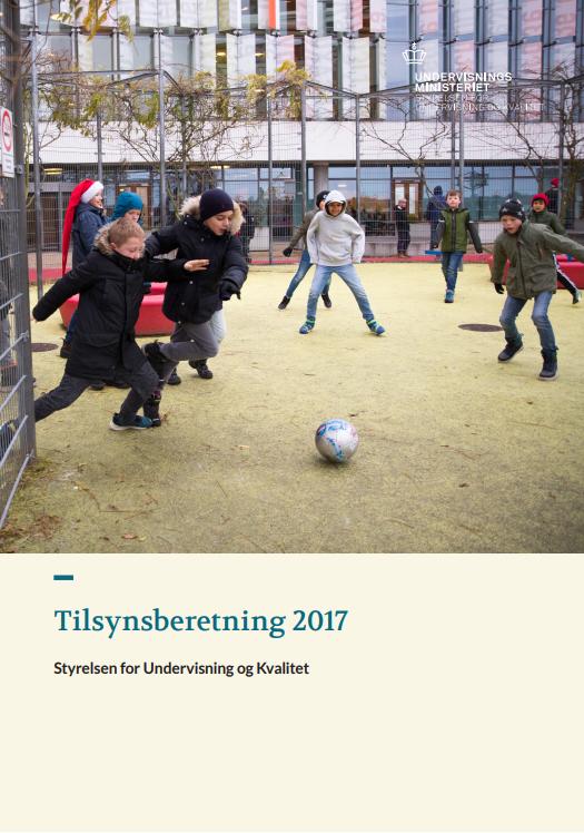Rapportens forside. Børn spiller bold i en skolegård.