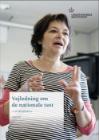 Voksenkvinde underviser