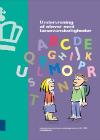 En tegning af alfabet og to skolebørn